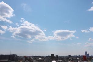 郊外の街並みと青い空の写真素材 [FYI01244048]