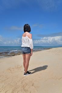宮古島/冬のビーチでポートレート撮影の写真素材 [FYI01244266]