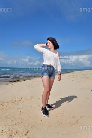 宮古島/冬のビーチでポートレート撮影の写真素材 [FYI01244267]