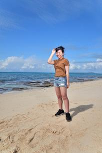 宮古島/冬のビーチでポートレート撮影の写真素材 [FYI01244270]
