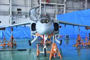 格納庫のT-4練習機の写真素材 [FYI01244324]