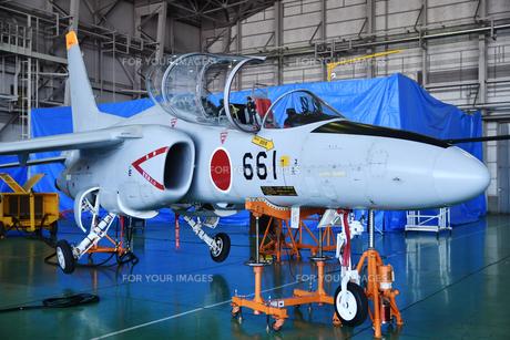 格納庫のT-4練習機の写真素材 [FYI01244325]
