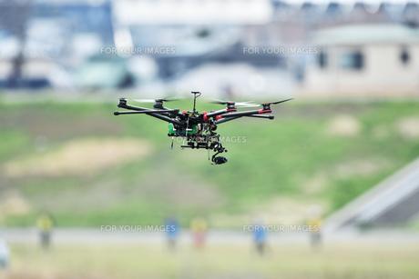 飛行中のヘキサコプターの写真素材 [FYI01244630]