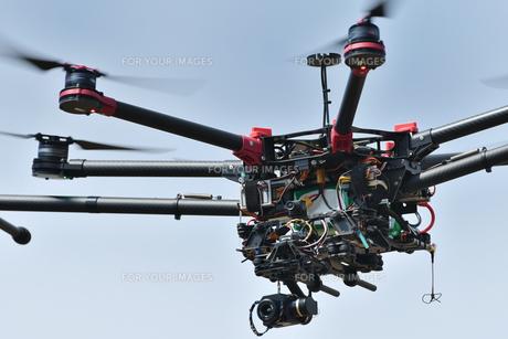 飛行中のヘキサコプターの写真素材 [FYI01244631]