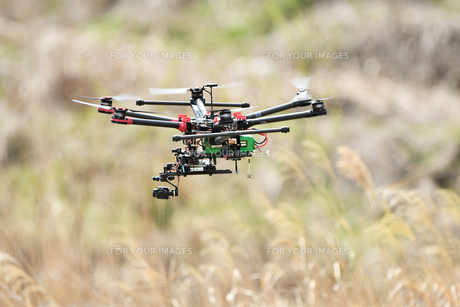 飛行中のヘキサコプターの写真素材 [FYI01244632]