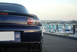 夜明けの漁港とスポーツカーの写真素材 [FYI01244651]