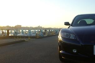夜明けの漁港とスポーツカーの写真素材 [FYI01244659]