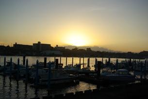 夜明けの船着き場の写真素材 [FYI01244666]