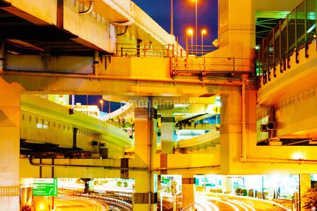 立体交差する高速道路の写真素材 [FYI01244670]