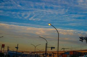 夕焼けと電線と建物のシルエットの写真素材 [FYI01244707]