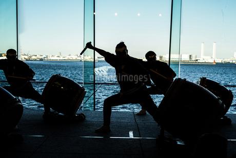 大太鼓を叩く人々のシルエットの写真素材 [FYI01244717]