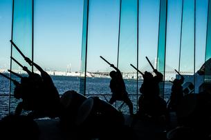 大太鼓を叩く人々のシルエットの写真素材 [FYI01244718]