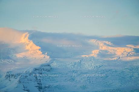 アイスランド・フィヤトルスアゥルロゥン湖の雪山の写真素材 [FYI01244752]