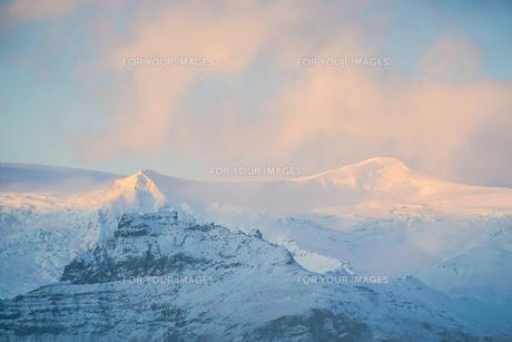 アイスランド・フィヤトルスアゥルロゥン湖の雪山の写真素材 [FYI01244753]