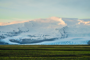 アイスランド・フィヤトルスアゥルロゥン湖の雪山の写真素材 [FYI01244754]