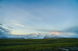 アイスランド・フィヤトルスアゥルロゥン湖の雪山の写真素材 [FYI01244755]