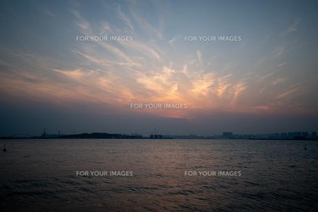 東京湾の夕焼けの写真素材 [FYI01244766]