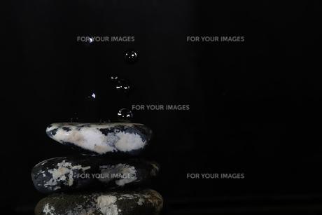石に滴る水滴の写真素材 [FYI01244841]