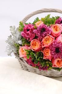 バラとラナンキュラスの花かごの写真素材 [FYI01244894]
