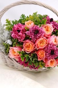 バラとラナンキュラスの花かごの写真素材 [FYI01244896]