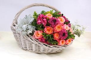 バラとラナンキュラスの花かごの写真素材 [FYI01244909]