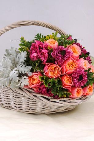 バラとラナンキュラスの花かごの写真素材 [FYI01244910]