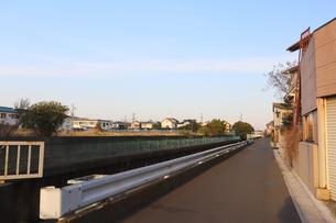 千葉県の郊外の町の風景と青い空の写真素材 [FYI01245001]