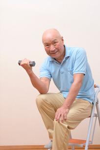 筋トレをしている日本人シニアの写真素材 [FYI01245244]
