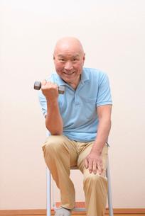 筋トレをしている日本人シニアの写真素材 [FYI01245245]