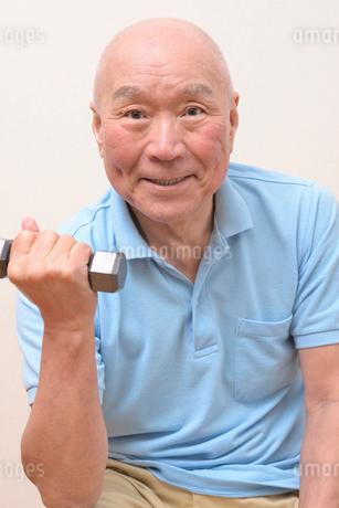 筋トレをしている日本人シニアの写真素材 [FYI01245248]