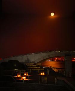 月夜が照らす海辺の写真素材 [FYI01245315]