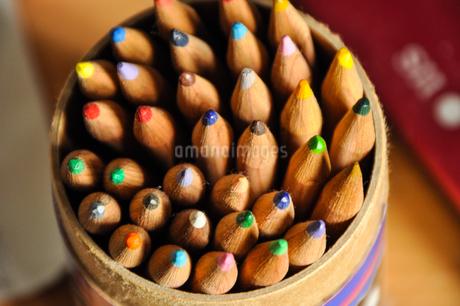 紙筒に入ったたくさんの色鉛筆の写真素材 [FYI01245342]
