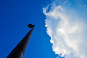 街灯と入道雲の写真素材 [FYI01245344]