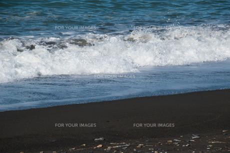 砂浜の波打ち際の写真素材 [FYI01245374]