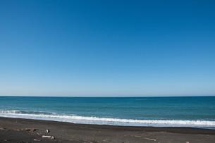 静かな青い海と波打ち際の写真素材 [FYI01245375]