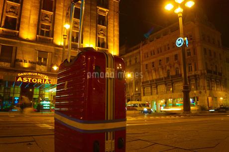 ハンガリーの街並みとスーツケースの写真素材 [FYI01245400]