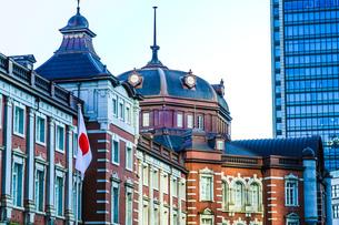 東京駅とビジネス街のオフィスビルの写真素材 [FYI01245442]