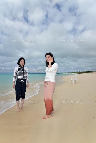 宮古島/冬のビーチでポートレート撮影の写真素材 [FYI01245467]
