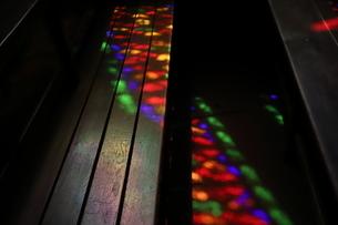 ステンドグラスから透けた光の写真素材 [FYI01245568]