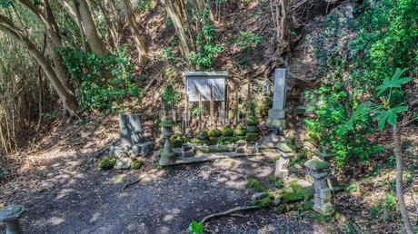 春の館山城址の八遺臣の墓の写真素材 [FYI01245655]