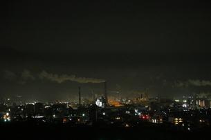 工場夜景鳥瞰の写真素材 [FYI01245681]