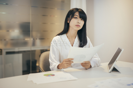 オフィス。資料を持つOL女性の写真素材 [FYI01245709]