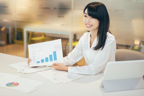 オフィス。棒グラフを説明するOL女性の写真素材 [FYI01245711]