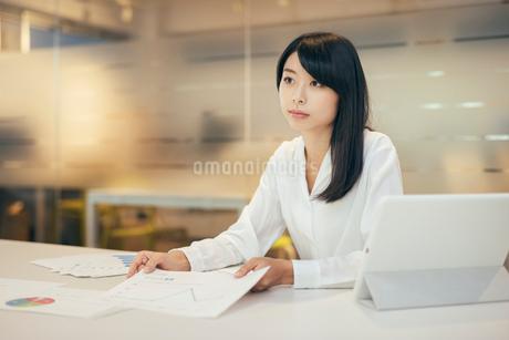 オフィス。資料とiPadとOL女性の写真素材 [FYI01245712]