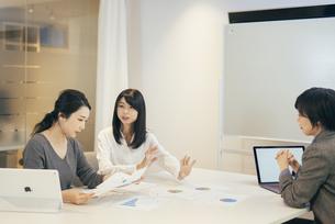 オフィスで会議をするOL女性3人の写真素材 [FYI01245730]