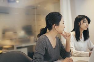 オフィスで会議をするOL女性2人の写真素材 [FYI01245731]