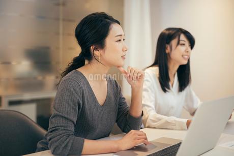 オフィスで会議をするOL女性2人の写真素材 [FYI01245732]