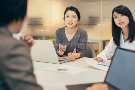 オフィスで会議をするOL女性3人の写真素材 [FYI01245734]