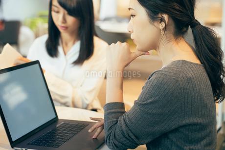 オフィスでパソコンを見つめるOL女性の写真素材 [FYI01245740]