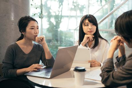 オフィス。パソコン。話し合うOL女性3人の写真素材 [FYI01245741]